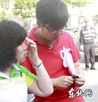 临考前吃块巧克力(东北网记者王晨宇摄)