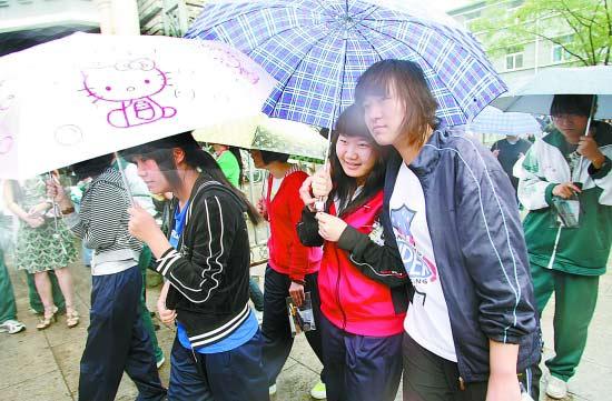 昨天,2009年全国普通高校统一招生考试伴着淅淅沥沥中雨结束,考生们走出考场。本报记者 方 非摄