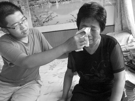 讲到伤心处,李金霞流泪了,刘文帅给妈妈擦眼泪