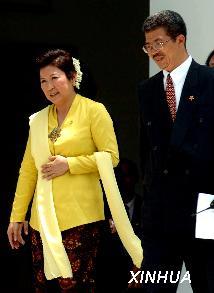 冯慧兰(左)