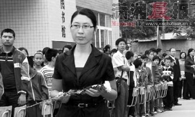 昨日,千秋中学落成暨谭千秋雕塑揭幕仪式上,谭千秋的妻子张关蓉给雕塑献花