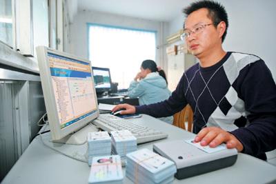 靖江今年高考报名用上读卡器
