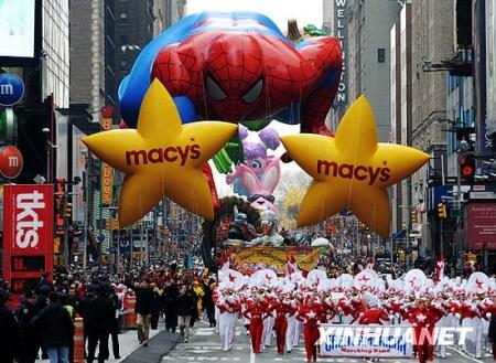 11月26日,参加感恩节游行的队伍从美国纽约时报广场经过