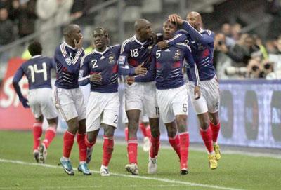 法国队队员加拉(右起第二个)打进制胜球后与队友庆祝