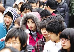寒风中表情各异的考生们
