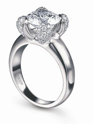 一个非常甜蜜却又非常易搭配的纯银或纯金心形垂饰