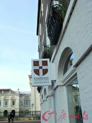 在剑桥市,剑桥大学的标志随处可见。