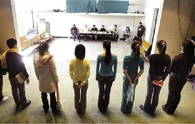 参加北京电影学院考试的学生在表演完命题小品后听老师最后点评