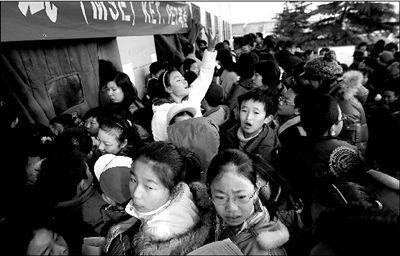 """2009年11月21日一大早,北京海淀区某职业学院""""剑桥英语考试KET/PET""""考点,2000多名小升初孩子和家长们来到考场,场面一度失控。"""
