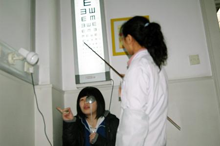 3月1日下午,北京市云岗中学近200名高三生在丰台医院参加高考体检。图为高三生在进行视力检测 邱乾谋/摄
