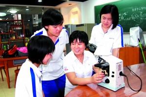 十一学校师生在微生物实验室观察显微镜下的奇妙世界