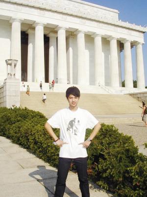 孙俊辉在华盛顿纪念馆前留影