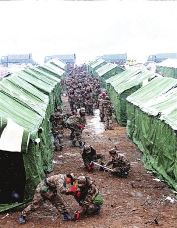 22日,青海省军区独立团官兵冒雪为玉树县民族一中师生搭建临时校舍。 新华社发