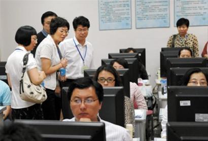 几名考生家长代表,在工作人员的陪同下探访位于华东师范大学的一处高考阅卷点