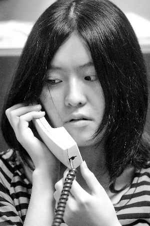 华师附中文科最高分考生谢瑾昨在信息时报接听热线。