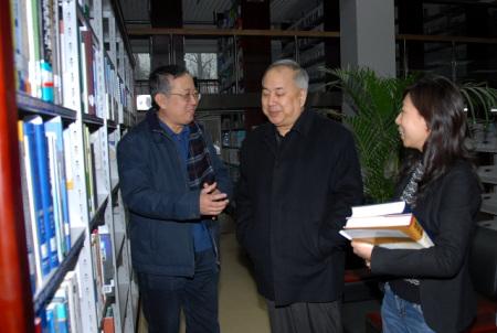 钱永刚先生参观了位于图书馆的中国科协特藏