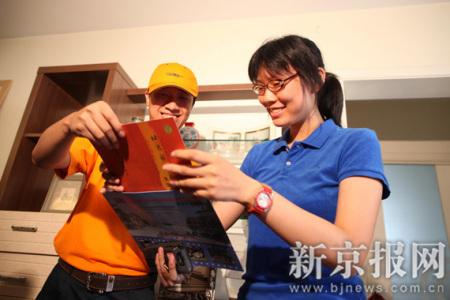 考生从邮递员手中接过录取通知书 本报记者 韩萌 摄