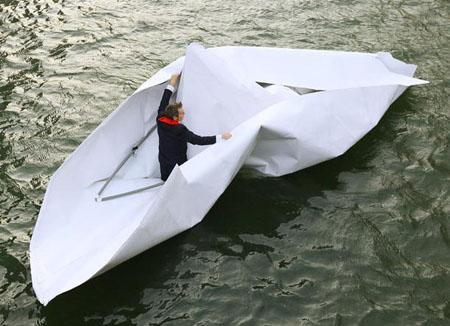 """德国艺术家驾自制纸船""""畅游""""泰晤士河"""