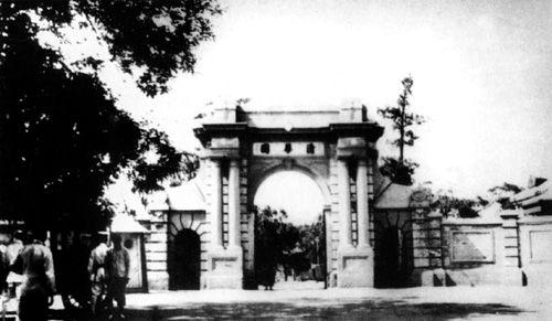 1928年,清华大学校门