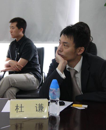 论坛现场嘉宾鑫豪威移民部经理杜谦认真思考热点话题