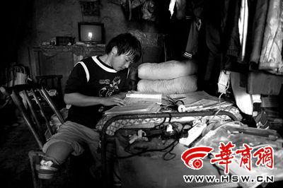 6月6日中午,李卫在家里的床上看书学习