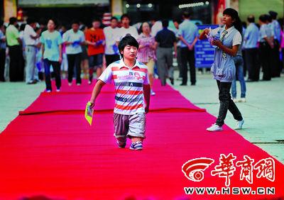 昨日上午8时20分,汉阴中学考点。李卫特意穿了双新胶鞋,从红地毯上走进考场,满怀信心地去实现自己的梦想 本报记者 邓小卫 摄