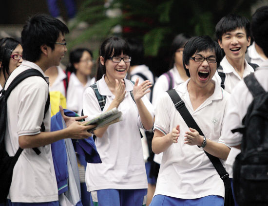 昨日下午,高考英语科目结束后,广州市七中考点内,考生笑着走出考场。孟祝斌/摄