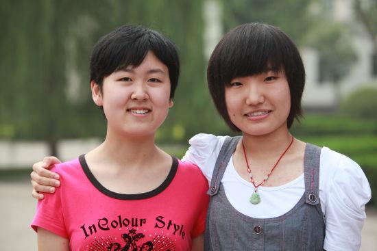 河北省2011年文科状元高媛(左)与理科状元王亚玉(右)在衡水中学校园