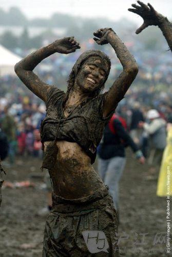 乐迷雨中起舞