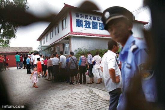 2011年8月17日,北京海淀区东升乡马家沟,新希望实验学校的家长在排队*分流通知书