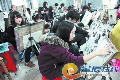 一名美术类艺术考生正在作画