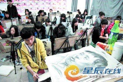 湖南师大附属艺术中学内,来自全省各地的美术类考生正在进行培训,备战即将到来的美术联考