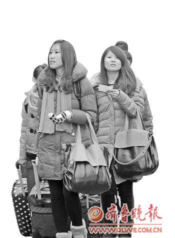 在济南街头,随处可见拉着行李箱、背着画板或乐器的艺考生。记者 王媛 摄