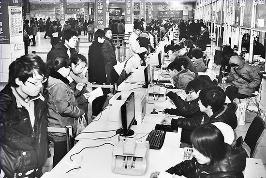 1月31日,石家庄信息工程职业学院南校区的艺考校考报名区人头攒动。本报记者田瑞夫摄 本报记者 方素菊