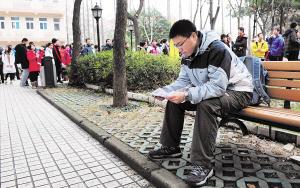 昨日,上海复旦附中,等待进场考试的考生神情平静。早报记者 张新燕 图