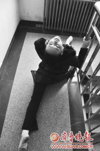 开考前,一名压腿的女生