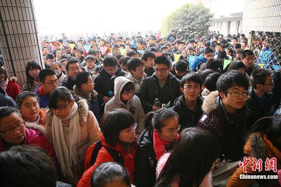 """2月11日,以清华大学为代表的自主招生联盟""""华约""""和以北京大学为代表的自主招生联盟""""北约""""等高校联合自主招生考试在全国各省区市同时开考。中新社发 钟山 摄 图片来源:CNSPHOTO"""