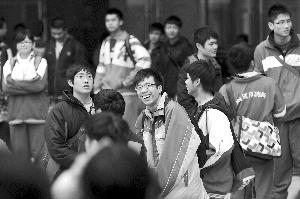 前天的华工考场外,考生在交流考试心得。信息时报记者 叶伟报 摄