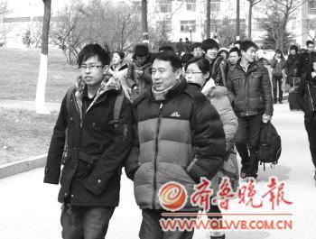 走出考场,很多考生又要奔向下一个考场。 本报记者 邵艺谋 摄