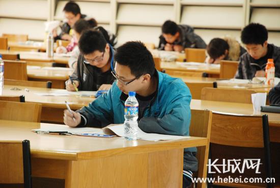 在考场上考生们正在认真答题。扈炜 摄