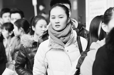 2月13日,北京电影学院艺术类招生考试现场,考生排队等待进入考场。可为摄