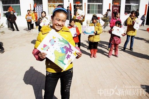 田家岔小学的学生在支教志愿者的指导下,进行绘画T 台秀,志愿者的到来,使学生们的课余生活丰富了许多。摄影/ 韦亮