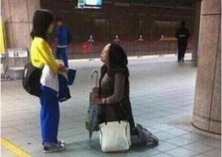 妈妈公共场所跪地五分钟 只为求女儿用功读书