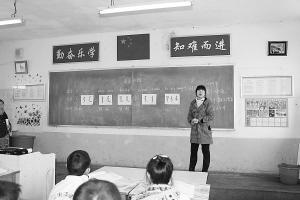 老师传授满语知识  王静/摄