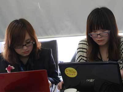 工作人员进行微博现场直播