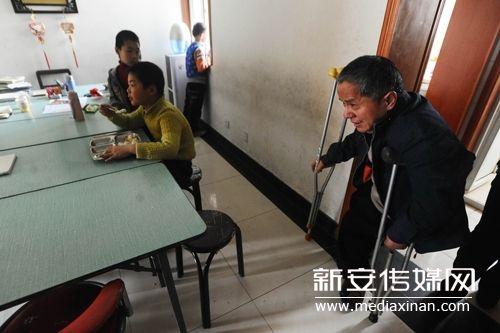 许书明每天就是这样拄着拐杖给孩子们上课。