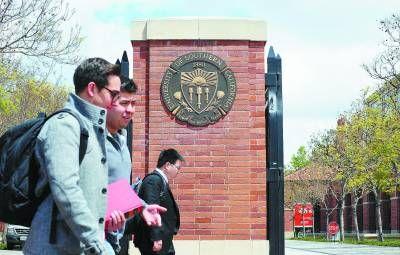 4月11日,在美国洛杉矶南加州大学,几名学生从校园入口处经过。该校校园附近11日凌晨发生一起枪击案,一男一女两名中国留学生被枪杀。新华社/法新