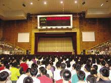 王庆根回母校作报告时的场景