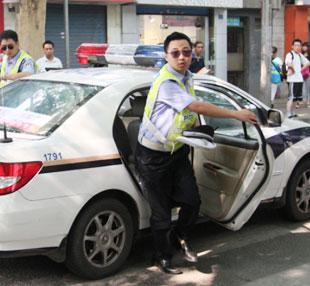 陕西省西安市交警送考生进考场