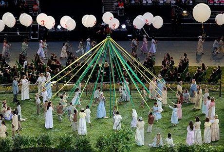 开幕式上的五朔节花柱